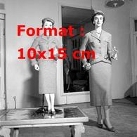 Reproduction D'une Photographie Ancienne D'une Femme Modèle Et Une Poupée Grande Taille Habillée De La Même Façon 1954 - Reproductions