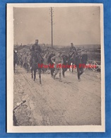 CPA Photo - DIEUE Sur MEUSE - Gendarme & Hussards Escortant Des Soldats Allemands Venant D'être Prisonnier - 1915 -Poilu - Guerre 1914-18