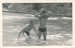 REAL PHOTO, Handsome Trunks Guys Men  And Kid In Shallow On Beach Hommes Et Kid Sur Plage ORIGINAL - Anonymous Persons