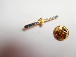 Beau Pin's , Espace , Satellite - Espace