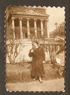 PHOTO ORIGINALE - FEMME MANTEAU FOURRURE MONUMENT EGLISE COLONNE - WOMAN FUR COAT MONUMENT CHURCH COLUMN - Persone Anonimi