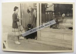 La Baule 44 Loire Atlantique Femme Antiquaire Boutique Antiquité Casino Chien Grand Caniche ? Photo Originale - Lieux