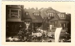 """BELGIQUE-Liége - Peville -1° Messe De L'abbé """" Paul ,Karen """"devant Son Domicile Juin 1952 ( Photo 1 : Format 12 X 7.5 ) - Places"""