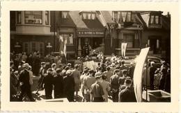 """BELGIQUE-Liége - Peville -1° Messe De L'abbé """" Paul ,Karen """"devant Son Domicile Juin 1952 ( Photo 3 : Format 12 X 7.5 ) - Places"""
