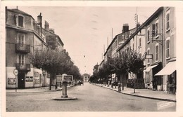 CPSM. BOURG EN BRESSE.RUE ALPHONSE BODIN.AU FOND LA GARE. PUB. ANTAR, SIMCA.1952. - Otros