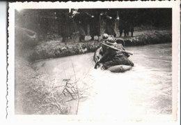 Camp Du Ruchard Février 1946. Rallye D'honneur. Passage De La Pièce D'eau Par La 2° C. - Guerre, Militaire