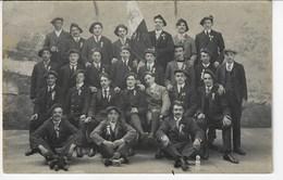 Photographie D'un Groupe D'hommes En Costume Avec Cocarde Et Beret - 1915 Inscrit Sur Le Drapeau - A Identifier  (X21) - Photographie