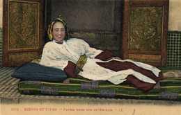 SCENES ET TYPES  Fatma Dans Son Interieur Colorisée RV - Algérie