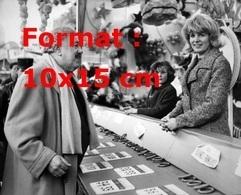 Reproduction D'une Photographie Ancienne De Michel Simon à Un Stand Forain à La Foire Du Trône En 1967 - Reproductions
