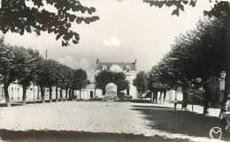 95 BEAUMONT SUR OISE - LE MONUMENT AUX MORT ET LA PLACE - Beaumont Sur Oise