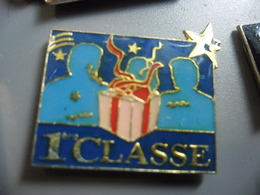 Pin's CADEAU PREMIERE CLASSE ! @ PINS 28 Mm X 20 Mm - Pin's