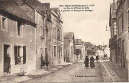 *BAIN DE BRETAGNE. LA RUE DE L'HOTEL DE VILLE. A GAUCHE LA BANQUE DE BRETAGNE - Frankreich