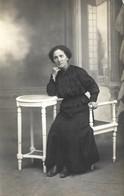 CPA Carte Photo Une FEMME LADY FRAU  En Robe Noire Mise En Scène Sur Une Bergère Accoudée à Un Guéridon - Cartes Postales