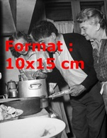 Reproduction D'une Photographie Ancienne De Michel Simon Cuisinant En 1952 - Reproductions