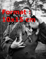 Reproduction D'une Photographie Ancienne De Michel Simon Portant Deux Chats Et Un Singe - Reproductions