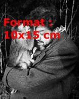 Reproduction D'une Photographie Ancienne De Michel Simon Avec Son Singe Lui Fouillant Les Cheveux - Reproductions