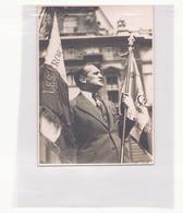 Photo ( 17 X 12 Cm ) Homme Avec Médailles Et Drapeau ( Agence Française De Reportage Photo ) - Personnes Anonymes