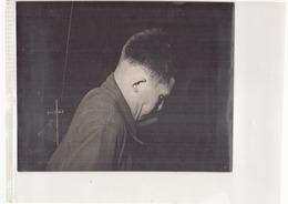 Photo ( 24 X 18 Cm ) Jeune Homme Dans Un Atelier ?? - Personnes Anonymes
