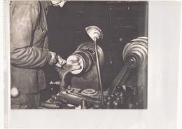 Photo ( 24 X 18 Cm ) Homme Devant Une Machine ?? - Métiers