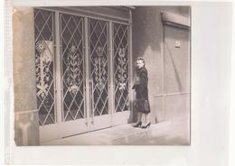 Photo ( 24 X 18 Cm ) Femme Devant Une Porte En Ferronnerie - Personnes Anonymes