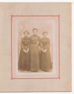 Photo Sur Carton ( 27 X 21 Cm ) 3 Jeunes Femmes Habillée En Noir Qui Se Tiennent La Main Terminiers - Personnes Anonymes