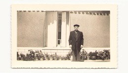 Photo ( 12 X 7.5 Cm ) Homme Devant Une Maison Ile D'Oleron En 1965 - Personnes Anonymes