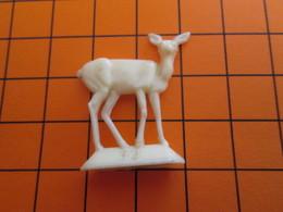 319b Figurine Publicitaire Années 50/60 BICHE ANTILOPE N°32 1/2 Ronde-bosse , Plastique Dur Couleur Ivoire - Figurines