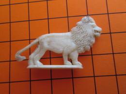 319b Figurine Publicitaire Années 50/60 LION , Demi Ronde-bosse , Plastique Dur Couleur Ivoire - Figurines