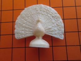 319b Figurine Publicitaire Années 50/60 PETER LE PAON FAISANT LA ROUE , Demi Ronde-bosse , Plastique Dur Couleur Ivoire - Oiseaux