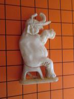 319b Figurine Publicitaire Années 50/60 ELEPHANT DE CIRQUE , Demi Ronde-bosse , Plastique Dur Couleur Ivoire - Figurines