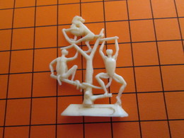 319b Figurine Publicitaire Années 50/60 SINGES AU ZOO , Demi Ronde-bosse , Plastique Dur Couleur Ivoire - Figurillas