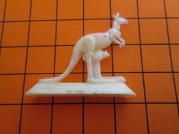319b Figurine Publicitaire Années 50/60 KANGOUROU N°31 , Demi Ronde-bosse , Plastique Dur Couleur Ivoire - Figurines