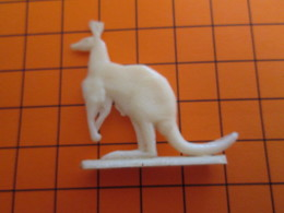 319b Figurine Publicitaire Années 50/60 KANGOUROU ET SON PETIT , Demi Ronde-bosse , Plastique Dur Couleur Ivoire - Figurillas