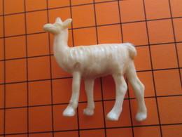 319b Figurine Publicitaire Années 50/60 LAMA OU VIGOGNE ALSACIENNE , Demi Ronde-bosse , Plastique Dur Couleur Ivoire - Figurillas