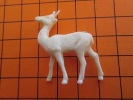 319b Figurine Publicitaire Années 50/60 ANTILOPE , Demi Ronde-bosse , Plastique Dur Couleur Ivoire - Figurines