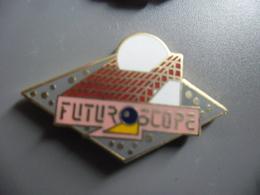 Pin's FUTUROSCOPE De POITIERS (86) @ PINS 32 Mm X 20 Mm - Villes