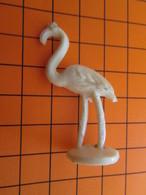 319b Figurine Publicitaire Années 50/60 FLAMANT ROSE Pas Pink Floyd , Demi Ronde-bosse , Plastique Dur Couleur Ivoire - Oiseaux