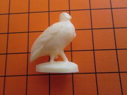 319b Figurine Publicitaire Années 50/60 OISEAU PERDRIX  , Demi Ronde-bosse , Plastique Dur Couleur Ivoire - Pájaros