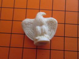 319b Figurine Publicitaire Années 50/60 OISEAU AIGLE , Ronde-bosse , Plastique Dur Couleur Ivoire - Pájaros