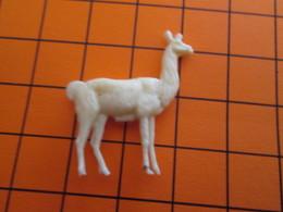319b Figurine Publicitaire Années 50/60 LAMA OU VIGOGNE ALSACIENNE , Ronde-bosse , Plastique Dur Couleur Ivoire - Figurillas