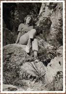 Photo Originale Jeune Femme Pin-Up Sur Une Rocher En Pantalon Rayé En 1961 - Pin-Ups