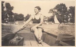 MÄDCHEN Im Bikini Beim Rudern Im Ruderboot, Fotokarte - Rudersport