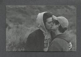 COUPLE GAY - ILS S'EMBRASSENT LANGOUREUSEMENT - Couples