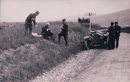 Armée Suisse, Voiture PIC PIC Du Cdt 1ère Div., Assis Dans L'herbe Le Colonel Divisionnaire Bornand (121314) - Personnages