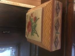 Scatola In Legno A Ponesse Rifinita A Intarsio Con Stoffa Dipinta Porta Aghi Cucito - Scatole/Bauli