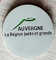 Jeton De Caddie  Argenté  Ville, Région  AUVERGNE  La  Région  Juste  Et  Grande - Jetons De Caddies