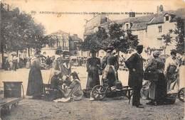 44-ANCENIS- UN COIN DU MARCHE AVEC LA MAIRIE DANS LE FOND - Ancenis