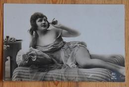 Femme Dénudée, En Nuisette, Sur Un Lit Ou Un Canapé - Pin-up - (n°14844) - Pin-Ups