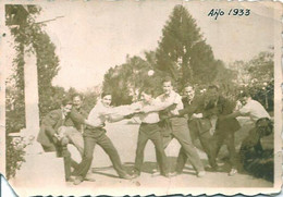 Snapshot MEN HOMMES Young Men Teen Boys Pulling The Rope Funny Playing - Vtg Photo Petit 1933 Gay Int - Personas Anónimos