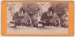 Stereoscopische Kaart.  :LOURDES.  1877.  Grotte N.D.de Lourdes. Façade - Cartes Stéréoscopiques